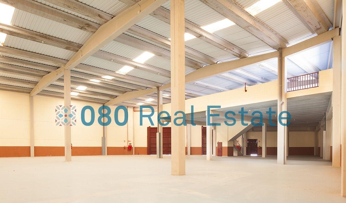 Nave industrial completa y diáfana, de casi 1.750 m2 divididas en planta baja y altillo